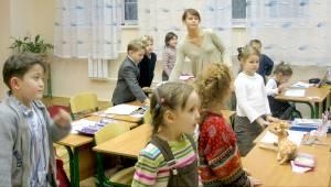 Во сколько бы они с ребенком ни приехали домой, им не надо сидеть над домашними заданиями. Ребенок все делает в школе.