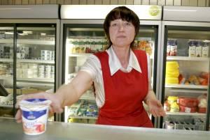 С продавцом отдела молочных продуктов на Таллиннском Центральном рынке  Людмилой ЛИЩИНСКОЙ беседует Татьяна ОПЕКИНА 9391aa79cfb