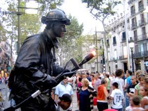 Главную туристическую артерию города - Рамблу - «охраняют» живые скульптуры